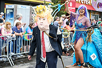 NEW YORK, EUA, 17.06.2017 - SEREIA-DESFILE - Uma pessoa fantasiada simbolizando o presidente Donald Trump simula ser capturada por uma sereia durante durante a Parada da Sereia em Coney Island no Brooklyn nos Estados Unidos neste sábado, 17. (Foto: William Volcov/Brazil Photo Press)