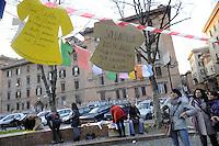 """Roma, 26 Feb 2011.Testaccio.Ti stendo. Donne Che Si Fanno Sentire stendono magliette di cartone  con desideri e bisogni .. """"Ti Stendo!"""", installazione artistica organizzata dal movimento apartitico """"Donne che si fanno sentire"""", arriva questa settimana a Testaccio. Il movimento, che ha tra i suoi obiettivi quello di animare le piazze di tutta Roma, è nato con l'idea di dare voce a una protesta e ad una serie di proposte legate alla parola FUTURO."""