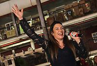 SAO PAULO, SP - 26.11.2016 - CASAMENTO COMUNITÁRIO SP - Cantora Simoni se apresenta durante casamento coletivo no Centro de Tradições Nordestinas, na zona norte de São Paulo neste Sábado (26).<br /> <br /> (foto: Fabricio Bomjardim / Brazil Photo Press)