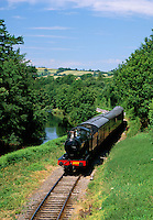 Great Britain, England, Devon, Near Totnes: South Devon Steam Railway operating from Totnes to Buckfastleigh in Devon, alongside the River Dart | Grossbritannien, England, Devon, bei Totnes: Zug der South Devon Steam Railway, die entlang des Dart River zwischen Buckfastleigh und Totnes verkehrt