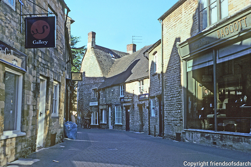 Stow on the Wold: A lane leading southwest from the south boundary of The Marketplace. Photo '05.