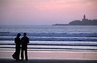 Afrique/Maghreb/Maroc/Essaouira : Couple sur la plage dans la lumière du soir en fond les Iles Purpuraires ou Iles de Mogador