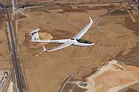 4415/DG 800 B in Spanien :SPANIEN, SEGOVIA, 26.07.2003:Selbststartendes Segelflugzeug vom Typ DG 800 B, Kunststoffsegelflugzeug mit 18 Meter Spannweite der Firma DG Flugzeugbau Bruchsal, Flugzeug ueber den abgeernteten Getreidefeldern von Spanien.