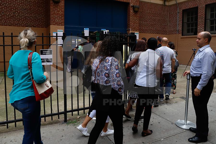 NOVA YORK, EUA, 07.10.2018 - ELEIÇÕES-2018 - Eleitores são visto em seção eleitoral em Nova York nos Estados Unidos neste domingo, 07. Brasileiros no exterior podem votar somente para presidente da República. (Foto: Vanessa Carvalho/Brazil Photo Press)