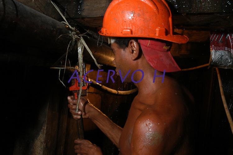 Garimpo do Galo <br /> Garimpeiro entra no tunel de 68 mts procura de ouro.<br /> O garimpo que fica cerca de 80 km de Altamira é um dos muitos da região a usar mercúrio para extração do metal.<br /> Senador José Porfírio, Pará, Brasil.<br /> Foto Paulo Santos