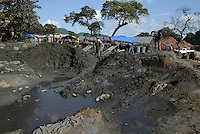 TANZANIA Geita, artisanal gold mining in Mgusu, where about 4000 people mine, crush and wash under hazardous conditions like no safety underground, horrible noise, toxic dust, use of mercury, the effluents are dumped untreated and uncontrolled and pollute the environment  / TANSANIA Geita, kleine Goldminen in Mgusu, ca. 4000 Menschen foerdern Golderz aus kleinen Schaechten, zermalmen das Erz zu Staub und waschen Goldstaub mit Quecksilber aus, die Abwaesser werden unkontrolliert in die Umwelt geleitet