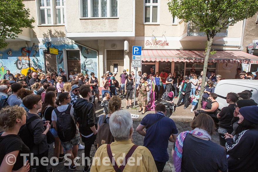 Über 120 Menschen folgten einem Aufruf zu einer Solidaritätskundgebung in Berlin-Lichtenberg nach einer rassistischen Attacke mit Kampfhund auf die Betreiber eines Eiscafés in der Margaretenstraße.
