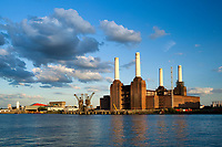 Grossbritannien, England, London: Battersea Power Station, ehemaliges, still gelegtes Kraftwerk an der Themse | Great Britain, London: Battersea Power Station beside River Thames