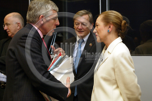 Belgium---Brussels---EU-Summit---italian presidency---Tour de Table/Round Table  16.10.2003.Jack STRAW, Foreign Minister, UK, England, Great Britain;   Benita FERRERO-WALDNER, Foreign Minister, Austria;                   ..PHOTO:  / ANNA-MARIA ROMANELLI / EUP-IMAGES