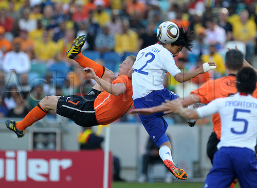 Yuji NAKAZAWA (m./ JPN) charges down an overhead kick from Dirk KUYT (l./ NED) Match 25: Netherland - Japan, Durban, 19th June 2010-FIFA- Soccer World Championship 2010 in South Africa..