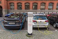 """Ein Tesla-Elektroauto (links) und ein e-Golf von Volkswagen von der VW-eigenen Mietwagenfirma """"We"""" Share (rechts) an einer Ladestation der Firma innogy in Berlin.<br /> innogy ist eine Tochtergesellschaft des Energiekonzern E.ON.<br /> 17.3.2020, Berlin<br /> Copyright: Christian-Ditsch.de<br /> [NUR FUER REDAKTIONELLE ZWECKE! Werbung nur auf Anfrage beim Fotografen. Inhaltsveraendernde Manipulation des Fotos nur nach ausdruecklicher Genehmigung des Fotografen. Vereinbarungen ueber Abtretung von Persoenlichkeitsrechten/Model Release der abgebildeten Person/Personen liegen nicht vor. NO MODEL RELEASE! Don't publish without copyright Christian-Ditsch.de, Veroeffentlichung nur mit Fotografennennung, sowie gegen Honorar, MwSt. und Beleg. Konto: I N G - D i B a, IBAN DE58500105175400192269, BIC INGDDEFFXXX, Kontakt: post@christian-ditsch.de<br /> Bei der Bearbeitung der Dateiinformationen darf die Urheberkennzeichnung in den EXIF- und  IPTC-Daten nicht entfernt werden, diese sind in digitalen Medien nach §95c UrhG rechtlich geschuetzt. Der Urhebervermerk wird gemaess §13 UrhG verlangt.]"""