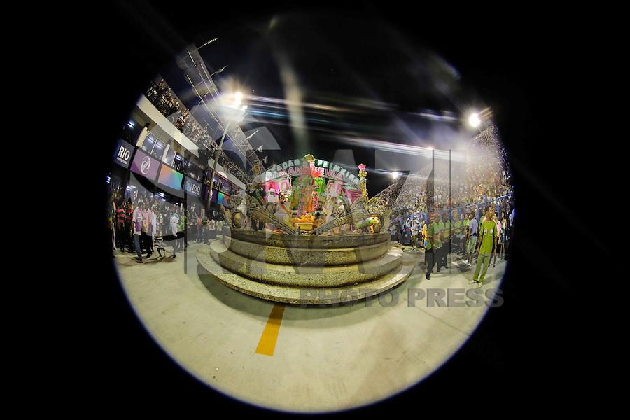 RIO DE JANEIRO, RJ, 11 DE FEVEREIRO 2013 - CARNAVAL RJ -  MANGUEIRA  - Integrantes da escola de Samba Mangueira durante segundo dia de desfiles do Grupo Especial do Carnaval do Rio de Janeiro na Marques de Sapucaí na noite desta segunda-feira . (FOTO: WILLIAM VOLCOV / BRAZIL PHOTO PRESS).