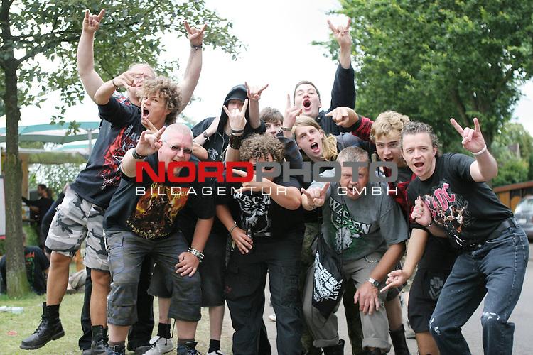 Wacken Heavy Metal Festival 2009<br /> <br /> 1.Tag beim Wacken Festival 2009. Die 70.000 Festivalbesucher decken sich mit Getr&auml;nken und Alkohol ein. An diesem Wochenende ist Wacken Mittelpunkt der Heavy Metalszene aus ganz Europa. Ein Dorf im Ausnahmezustand.<br /> <br /> <br /> Foto &copy; nph (nordphoto)<br /> <br /> *** Local Caption ***