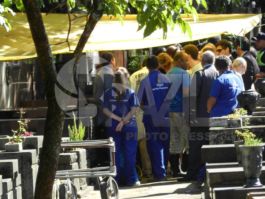 SÃO PAULO - SP - 12 DE MARÇO 2013. EXUMAÇÃO MATSUNAGA - Técnicos do IML (Instituto Médico Legal) realizam a exumação do corpo de Marcos Matsunaga, no Cemitério São Paulo, zona oeste de São Paulo (SP), na manhã desta terça-feira (12). O empresário foi morto em maio de 2012, por sua mulher, Elize Matsunaga.FOTO: MAURICIO CAMARGO / BRAZIL PHOTO PRESS.