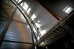 GOUDA - In Gouda is aannemersbedrijf De Vries en Verburg begonnen met de afbouw van een opvallend ontworpen kerkgebouw. Het in opdracht van de Gereformeerde Gemeente Gouda gebouwde, en door architektenburo Roos en Ros ontworpen complex bestaat voornamelijk uit een groot 28 meter hoog dak waaronder de gelovigen de diensten kunnen volgen. Het gebouw krijgt nog gekleurde glaspanelen aan de wand en een nieuw orgel. COPYRIGHT TON BORSBOOM