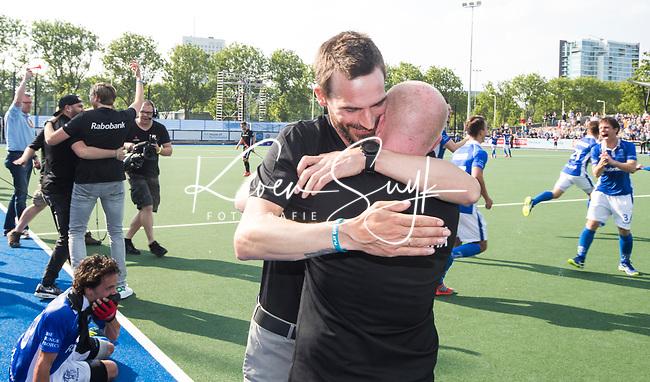 UTRECHT -  coach Alexander Cox (Kampong) met assistent coach Kai de Jager (Kampong) na  de finale van de play-offs om de landtitel tussen de heren van Kampong en Amsterdam (2-1). COPYRIGHT KOEN SUYK