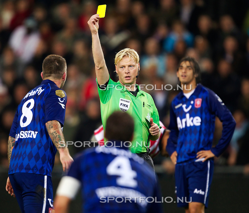 Nederland, 30 oktober 2010.Eredivisie.Seizoen 2010-2011.PSV-FC Twente (0-1).Theo Janssen van FC Twente krijgt de gelekaart van scheidsrechter Kevin BLom