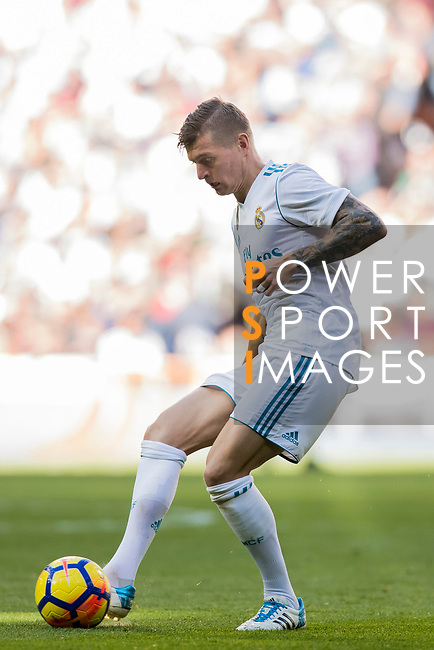 Toni Kroos of Real Madrid in action during the La Liga 2017-18 match between Real Madrid and FC Barcelona at Santiago Bernabeu Stadium on December 23 2017 in Madrid, Spain. Photo by Diego Gonzalez / Power Sport Images