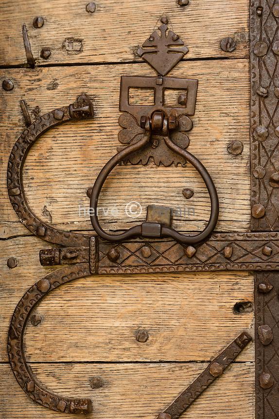 France, Cantal (15), vallée du Mars, Saint-Vincent-de-Salers, ferronnerie sur la porte de l'église //  // France, Cantal, Mars valley, Saint Vincent de Salers, ironworks on the door of the church