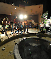 Deutsche Meisterschaft des Verbandes WPC im Kraft- und Fitnesssport. Kraft-Dreikampf.  im Bild: Feature: Vor dem Bankdrücken werden die Haende gekalkt. .Foto: Alexander Bley