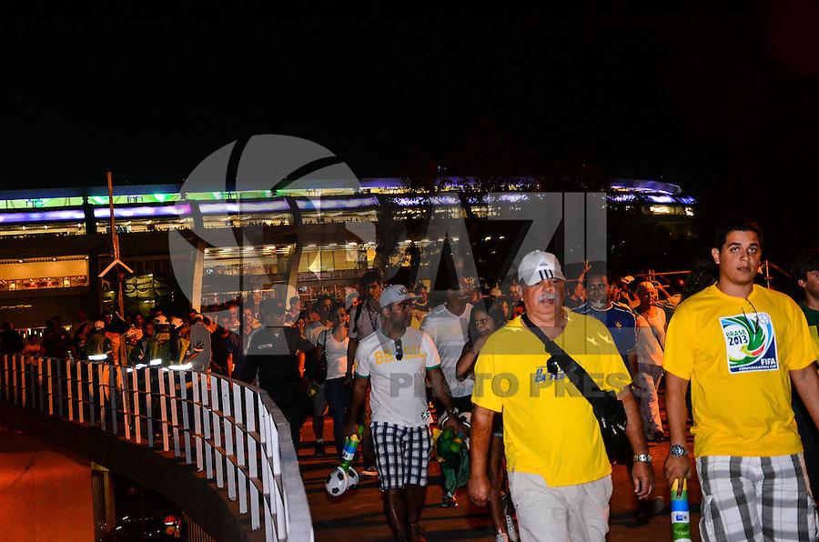 RIO DE JANEIRO, RJ, 02 DE JUNHO DE 2013 -SAÍDA DOS TORCEDORES DO MARACANÃ - JOGO BRASIL X INGLATERRA-  Saída de torcedores da  partida entre Brasil x Inglaterra, na tarde deste domingo, 02 de junho, no Maracanã, zona norte, do Rio de Janeiro.FOTO:MARCELO FONSECA/BRAZIL PHOTO PRESS