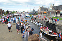 SKUTSJESILEN: LEMMER: Lemster baai, IJsselmeer, 09-08-2012, SKS skûtsjesilen, wedstrijd Lemmer II, gezellige drukte bij de Lemster sluis, ©foto Martin de Jong