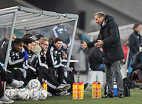FUSSBALL   DFB POKAL   SAISON 2011/2012  ACHTELFINALE  21.12.2011 VfB Stuttgart - Hamburger SV Trainer Thorsten Fink (re, Hamburger SV) diskutiert mit den Ersatzspielern
