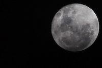 CUIABA, MT, 18.11.2013 - LUA CHEIA - Lua Cheia é vista na noite desta segunda-feira na cidade de Cuiaba capital do Mato Grosso. (Foto: Vanessa Carvalho / Brazil Photo Press).
