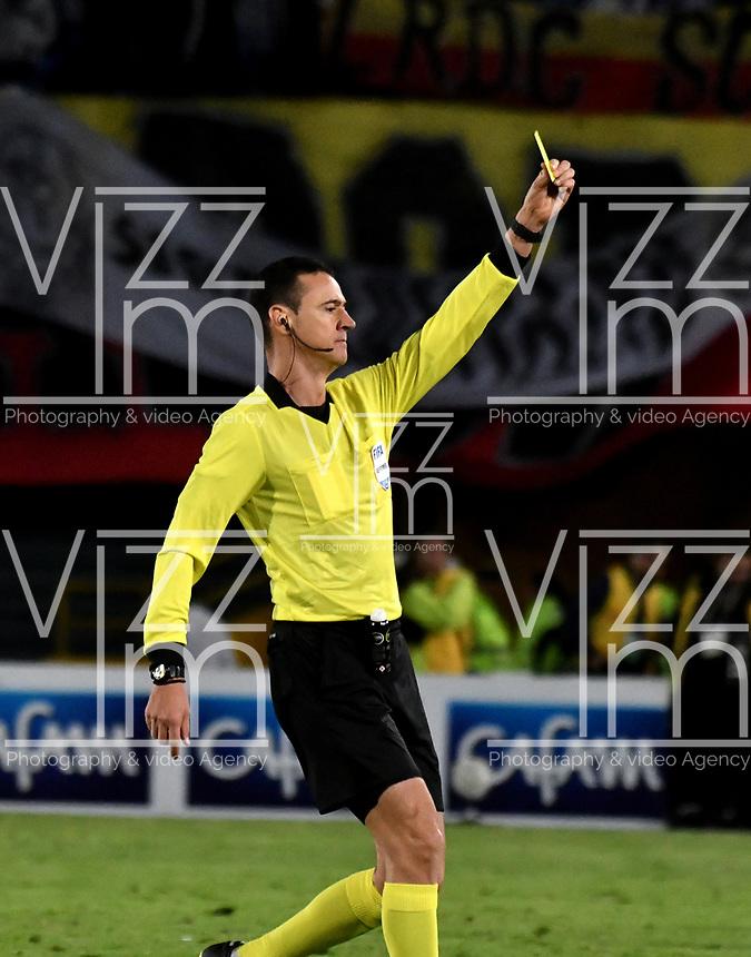 BOGOTÁ-COLOMBIA, 24–08-2019: Wilmar Roldán, árbitro muestra tarjeta amarilla a Jorge Luis Pinto (fuera de Cuadro) de Millonarios, durante partido entre Millonarios y Deportivo Cali de la fecha 8 por la Liga Águila II 2019  jugado en el estadio Nemesio Camacho El Campín de la ciudad de Bogotá. / Wilmar Roldán, referee shows yellow card to Jorge Luis Pinto (Out of Frame) of Millonarios,  during a match between Millonarios and Deportivo Cali of the 8th date for the Aguila Leguaje II 2019 played at the Nemesio Camacho El Campin Stadium in Bogota city, Photo: VizzorImage / Luis Ramírez / Staff.