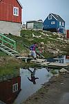 Comienza la expedición en el Artico de Greenpeace evidencias del cambio climatico, en kulusuk, Groenlandia. Alejandro Sanz acompaña a la expedición. 15 Julio 2013. © Pedro ARMESTRE