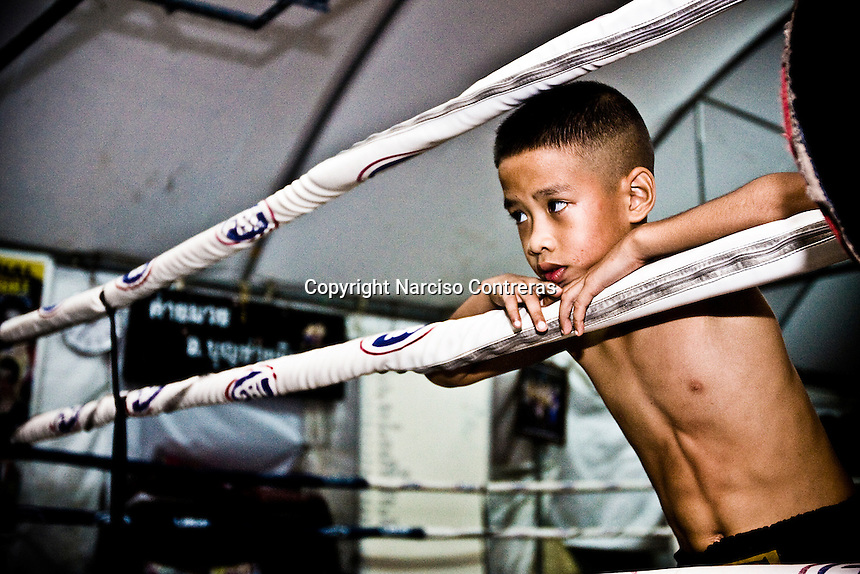 Luk Mi (10 years old), a young kid fighters, is training at one of the street gyms in Bangkok. The gym at the Sam Soen neighborhood is managed by At, who is hosting and training over 10 kids an average. Over though is banned by law, in the streets of Thailand thousands of kids are training daily to attain a dream, become a Muay Thai champions one day, getting wealth and fame to leave out poverty and lackness instead. One by thousand each shall get it, meanwhile mostly of them will go keeping on the way to be someone.
