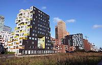 Nederland - Amsterdam -  November2019. Kantoren en appartementen aan de Zuidas. Links Summertime appartementencomplex.  Appartementen met gekleurde balkonhekken. Vrije sector huurwoningen in het middeldure segment. De toegepaste duurzaamheidsmaatregelen in Summertime zijn onder andere stadsverwarming, zonnepanelen voor opwekking van duurzame energie en HR++ beglazing. Daarnaast is er een groendak.  Foto Berlinda van Dam / Hollandse Hoogte