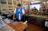 Venda de pastéis de Belém em padaria de  Lisboa. 1999. Foto de Juca Martins