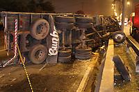 FOTO EMBARGADA PARA VEICULOS INTERNACIONAIS. SAO PAULO, SP, 02-02-2013, TOMBAMENTO CAMINHAO. O motorista de um caminhao morreu em um acidente na Marginal Tiete proximo a ponte do Piqueri, apos  colidir contra outro caminhao e um veiculo. O caminhao chegou a tombar batendo no canterio central.  FOTO: LUIZ GUARNIERI / BRAZIL PHOTO PRESS.