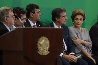 BRASILIA,DF, 22.03.2016 - DILMA-JURISTAS - A presidente Dilma Rousseff (c), acompanhada do advogado-geral da União, José Eduardo Martins Cardozo (e), e do ministro da Justiça, Eugênio Aragão, recebe grupo de juristas, no Palácio do Planalto, em Brasília. O encontro foi articulado para demonstrar o apoio da classe jurídica ao governo. (Foto: Ricardo Botelho/Brazil Photo Press)