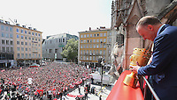 FUSSBALL  DFB POKAL FINALE  SAISON 2013/2014  18.05.2014 Der FC Bayern Muenchen feiert auf dem Rathausbalkon am Muenchner Marienplatz, Vorstandsvorsitzender Karl Heinz Rummenigge mit DFB Pokal