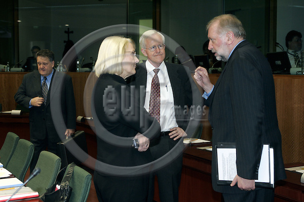 BRUSSELS - BELGIUM - 31 JANUARY 2005 -- EU-Council meeting for General Affairs with Foreign Ministers. -- The Swedish Minister of Foreign Affairs Laila FREIVALDS (L) talking to the Slovenian Minister of Foreign Affairs Dimitir RUPEL (R). Sven-Olof PETTERSSON (C) the Swedish EU-Ambassador -- PHOTO: JUHA ROININEN / EUP-IMAGES
