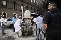 Roma, 13 Agosto 2011.Piazza Venezia..Iftar,il pasto che  interrompe il digiuno durante il mese sacro..Alcune decine di musulmani hanno preso parte ad un Iftar pubblico  con l'intento di promuovere una maggior informazione riguardo alla loro religione, l'Islam..Il rito de L'Abluzione nella Fontana della Pigna