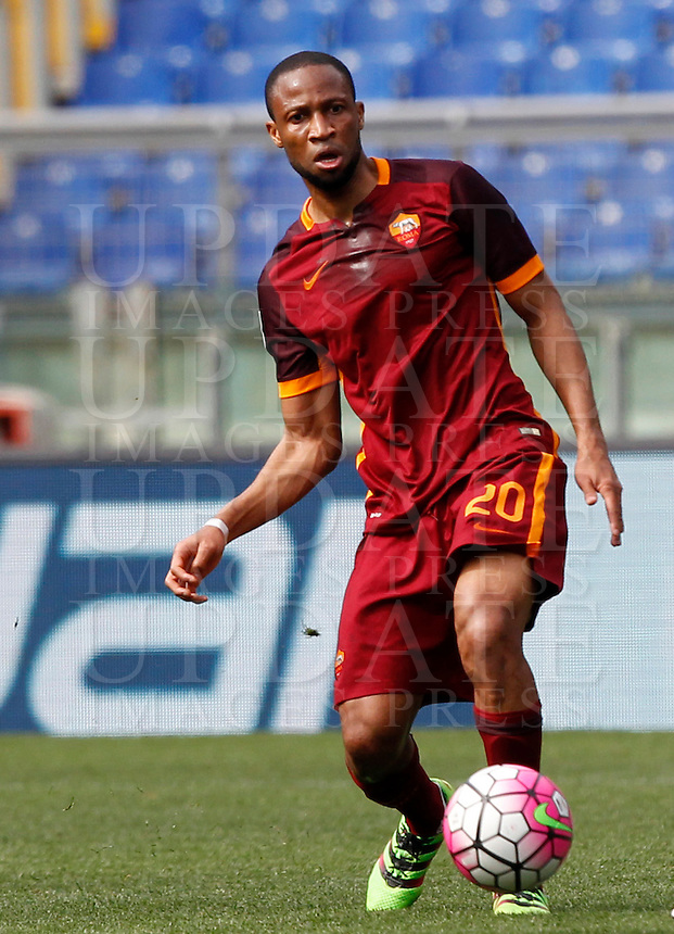 Calcio, Serie A: Lazio vs Roma. Roma, stadio Olimpico, 3 aprile 2016.<br /> Roma&rsquo;s Seydou Keita in action during the Italian Serie A football match between Lazio and Roma at Rome's Olympic stadium, 3 April 2016.<br /> UPDATE IMAGES PRESS/Riccardo De Luca