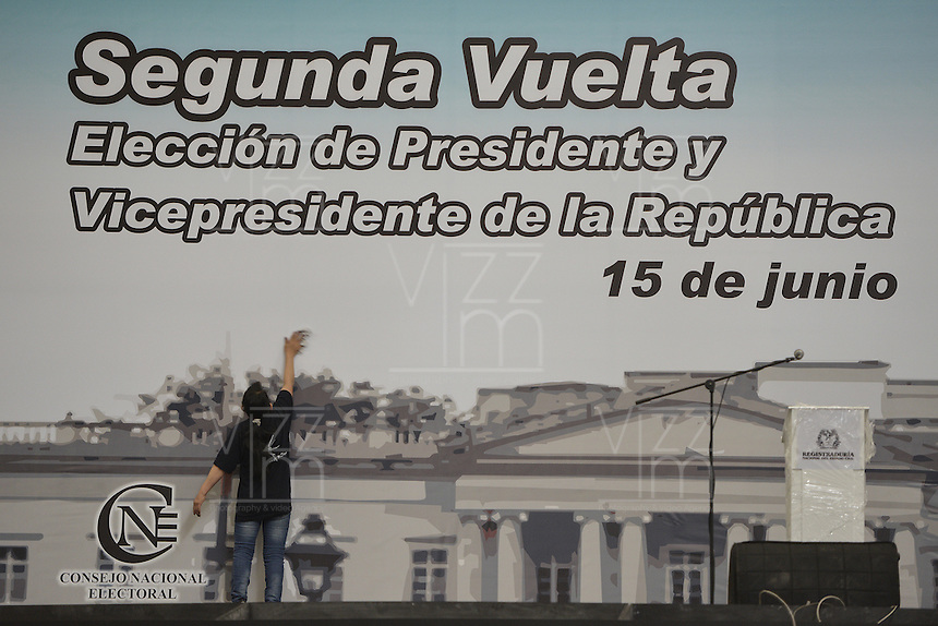 BOGOTÁ -COLOMBIA. 14-06-2014. Aspecto de los preparativos en el puesto de votación Corferias Bogotá para la segunda vuelta de la elección de Presidente y vicepresidente de Colombia que se realizarán el 15 de junio de 2014 en todo el país./ Aspect of the of the preparations in designate  voting place Corferias Bogota to the second round of the election of President and vice President of Colombia that will be held on June 15, 2014 across the country. Photo: VizzorImage/ Gabriel Aponte / Staff