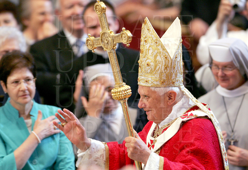 Papa Benedetto XVI saluta al suo arrivo nella Basilica di San Pietro, Citta' del Vaticano, 29 giugno 2008, per celebrare una messa nella solennita' dei Santi Pietro e Paolo..Pope Benedict XVI arrives to lead a mass at St. Peter's Basilica, Vatican, 29 june 2008, for the feast of St. Peter and St. Paul..UPDATE IMAGES PRESS/Riccardo De Luca