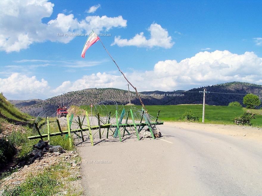 Iran 2004.Barrage de controle prés de la frontieère irakienne, a cote de Sardacht.Iran 2004.Checkpoint near the Iraqi border, in the region of Sardacht