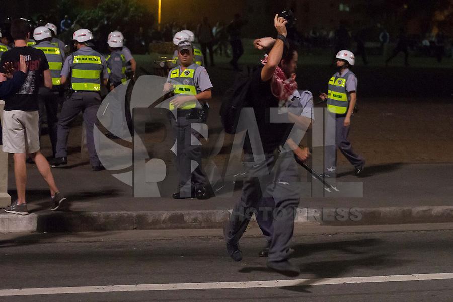 SAO PAULO 13 DE JUNHO DE 2013  - Fotografo agredido por Policiais em Manifestacao. Policiais enfrentam manifestantes com tiros de borracha e bomba de gas. Manifestantes protestam contra o aumenta da tarifa de onibus em Sao Paulo na tarde desta quinta-feira (13) na Av. Paulista.  (Foto: Amauri Nehn/Brazil Photo Press)