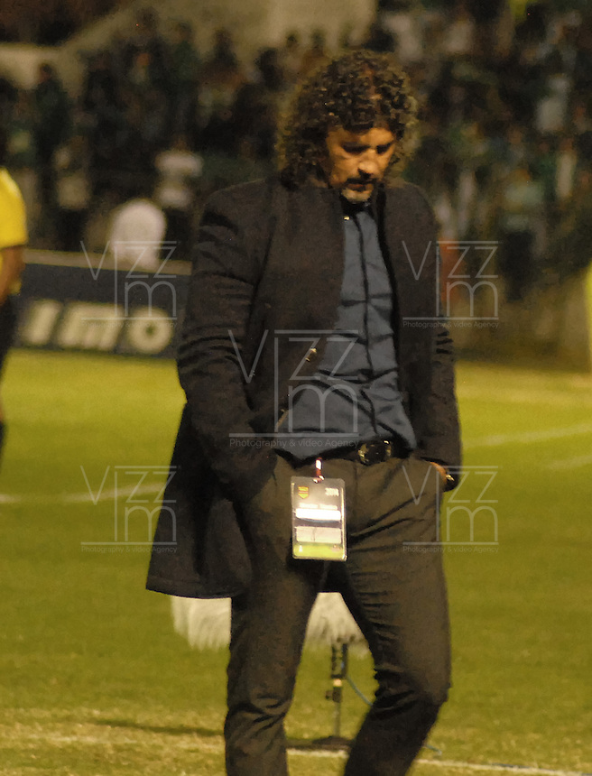 TUNJA -COLOMBIA, 26-01-2014. Leonel Alvarez técnico del Deportivo Cali gesticula durante partido con Boyacá Chicó por la fecha 1 de la Liga Postobón I 2014 realizado en el estadio La Independencia en Tunja./  Deportivo Cali coach Leonel Alvarez gestures during match against Boyaca Chicó for the 1st date of Postobon League I 2014 at La Independencia stadium in Tunja. Photo: VizzorImage/Jose Miguel Palencia/STR