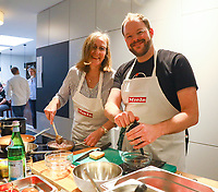 Carolin Wiedemeyer und Christian Lesch siegten beim Regionalentscheid des Cooking Star mit ihrem Lammkarree auf Tropen-Zwiebelmarmelade mit Rahmpolenta und Trüffelpopcorn, sowie gratinierten gefüllten Tomaten. Die Jury beobachtet sie - Mörfelden-Walldorf 16.02.2019: Regionalentscheid Cooking Star