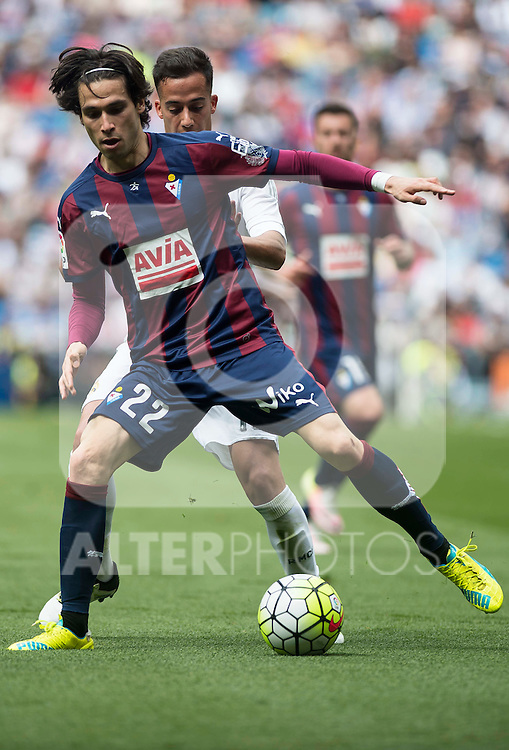 Real Madrid's Lucas Vazquez and Sociedad Deportiva Eibar's Jota Peleteiro during La Liga match. April 09, 2016. (ALTERPHOTOS/Borja B.Hojas)