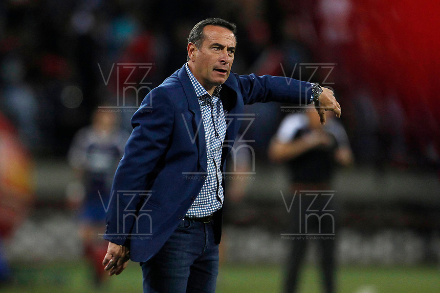 MEDELLÍN- COLOMBIA, 22-09-2018.Guillermo Sanguinetti  director técnico del Independiente Santa Fe.Acción de juego entre los equipos  Independiente Medellín y el  Independiente Santa Fe  durante partido por la fecha 11 de la Liga Águila II 2018 jugado en el estadio Atanasio Girardot de la ciudad de Medellín. /Guillermo Sanguinetti coach of Indeendiente Santa Fe.Action game between Independiente Medellin and  Independiente Santa Fe   during the match for the date 11 of the Liga Aguila II 2018 played at Atanasio Girardot Stadium in Medellin  city. Photo: VizzorImage / Leon Monsalve/ Contribuidor