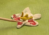 Kinder basteln Frühjahrsblumen aus Knete, Bastelei, Kind formt und verziert Blüte