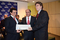 SAO PAULO, 06 DE JULHO DE 2012 - ALCKMIN PREMIO OCTAVIO FRIAS - Governador Geraldo Alckmin entrega premio a pesquisadores da Unicamp durante cerimonoia do Premio Octavio Frias de Oliveira no ICESP (Instituto do Cancer do Estado de Sao Paulo), regiao central da capital, na manha desta segunda feira. FOTO: ALEXANDRE MOREIRA - BRAZIL PHOTO PRESS