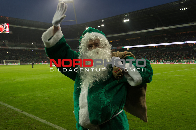 21.12.2013, Weser Stadion, Bremen, GER, 1.FBL, Werder Bremen vs Bayer Leverkusen, im Bild<br /> <br /> Der Weihnachtsmann im Weser Stadion <br /> <br /> Foto &copy; nordphoto / Kokenge